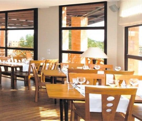 Une chaude lumière pour les boiseries du restaurant de l'Hôtel Tamboho
