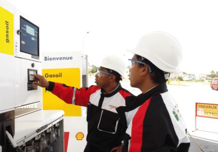 Techniciens EMIP sur une station essence