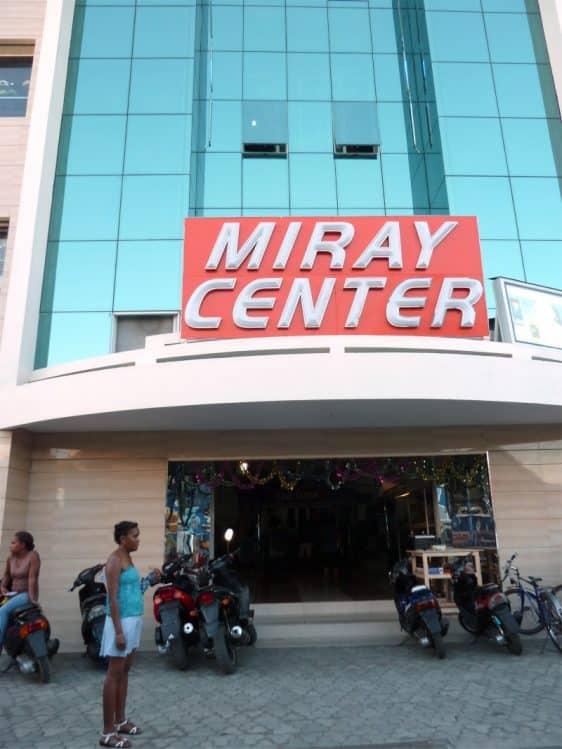 Le Miray Center se trouve dans le même bâtiment que le Miray Hôtel