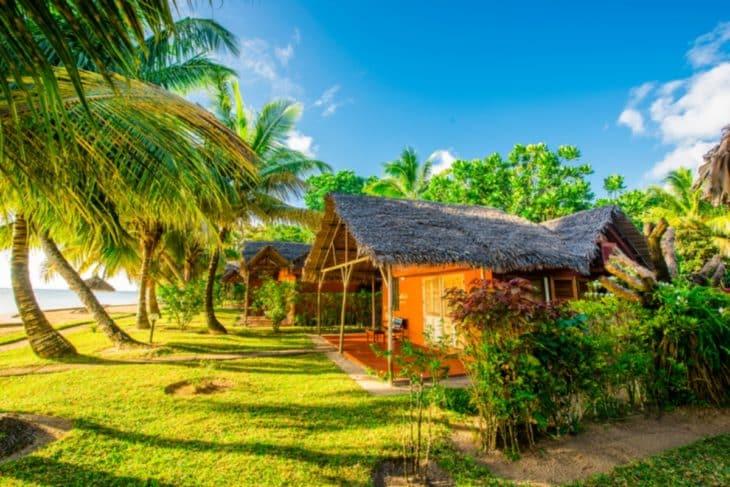 Façade extérieure du bungalow de l'hôtel