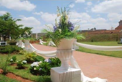 Entrée et jardin à l'espace Les Colonnades