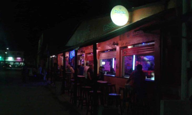 Le comptoir extérieur du Taxi Be à Majunga, en soirée