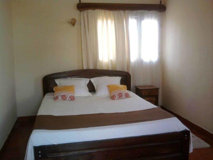 Chambre avec lit queen size au Luca's Hôtel