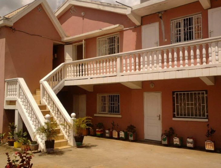 Parking et terrasse du Luca's Hôtel